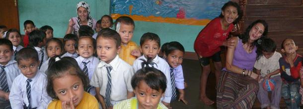 Tania Miralles y sus niños del orfanato