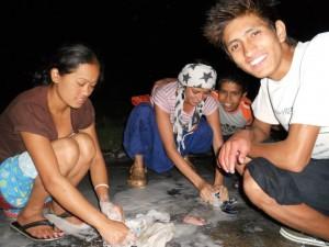 Tania lavando la ropa con los niños del orfanato