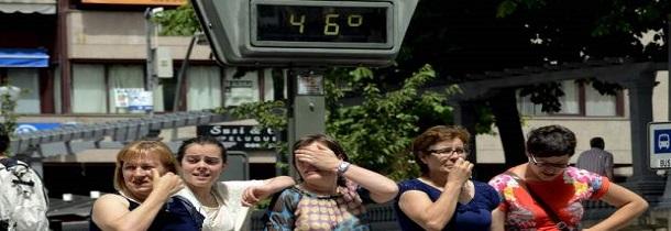 Personas protegiéndose del calor en la calle