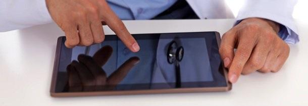 Médico usando una tablet