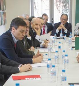 Pedro Sánchez junto a representantes del sector sanitario.